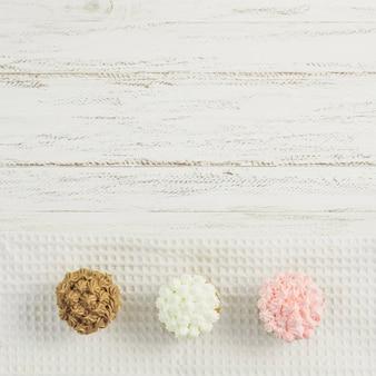 Petits gâteaux délicieux sur des napperons