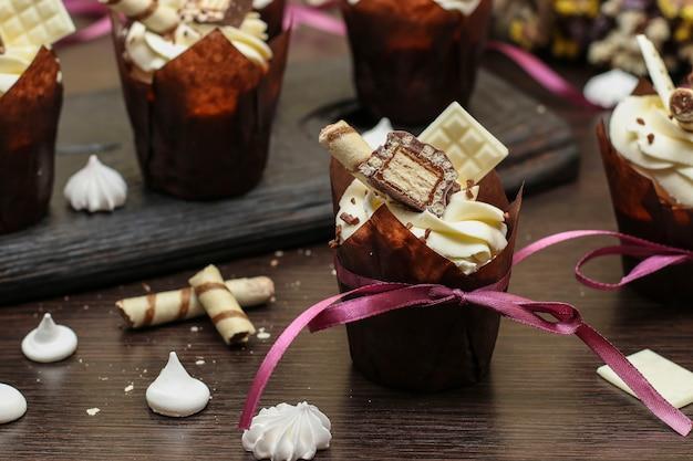 Petits gâteaux faits maison avec de la crème sur une sombre