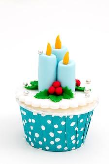 Petits gâteaux faits maison de noël isolés sur fond blanc