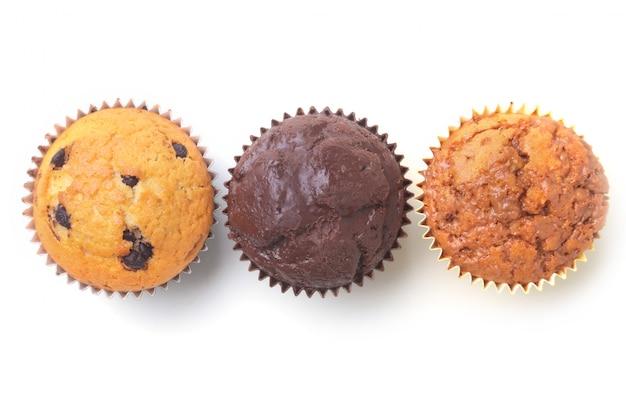 Petits gâteaux faits maison avec des raisins secs et du chocolat. muffins.