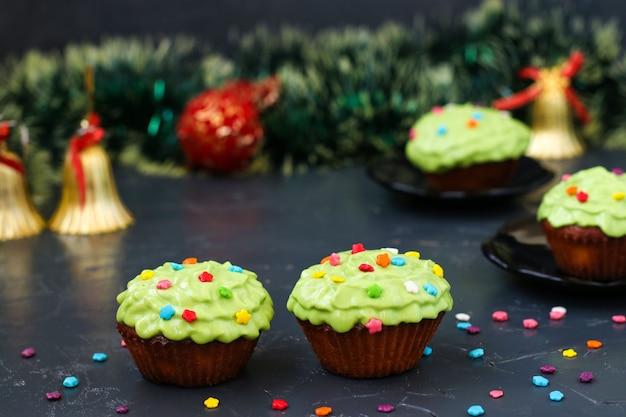 Des petits gâteaux faits maison recouverts de crème et de pâtisseries sont situés