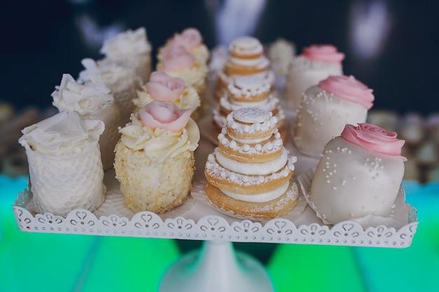 Petits gâteaux avec des fleurs
