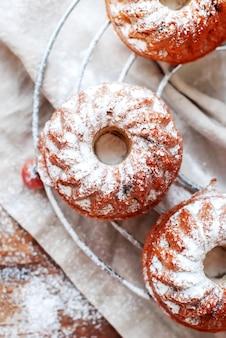 Petits gâteaux frais cuits au four saupoudrés de sucre à glacer