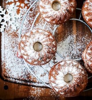 Petits gâteaux frais saupoudrés de sucre glace. vue de dessus