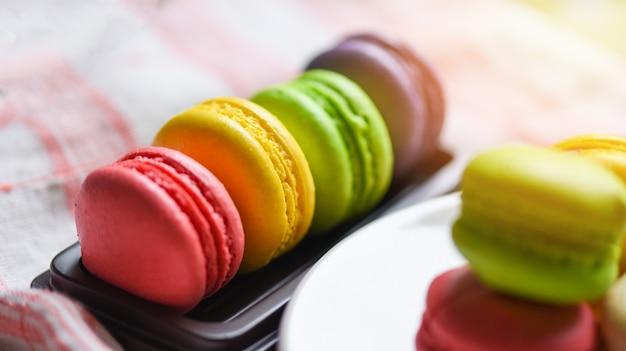 Petits gâteaux français de dessert de macarons, biscuit de dessert sucré savoureux de macarons colorés