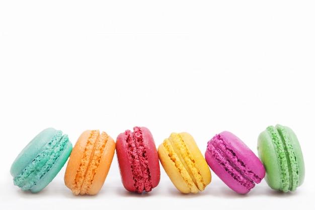 Petits gâteaux français sur fond clair.