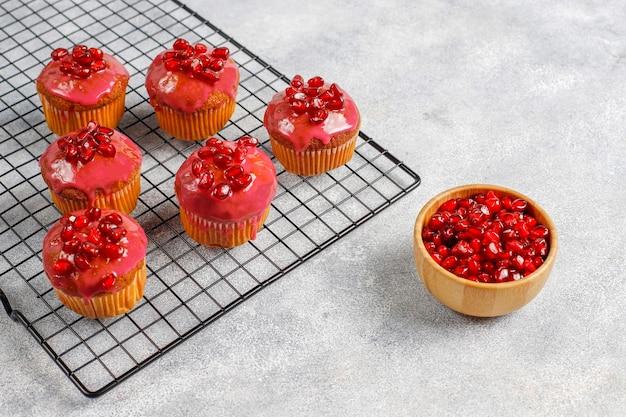 Petits gâteaux avec garniture de grenade et graines.