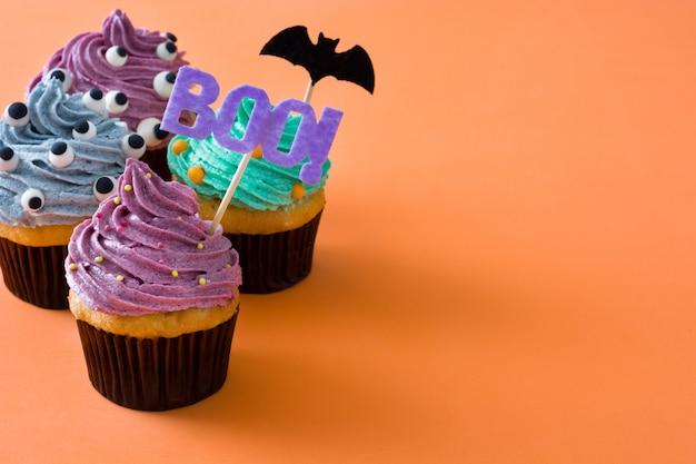 Petits gâteaux d'halloween sur orange. espace de copie