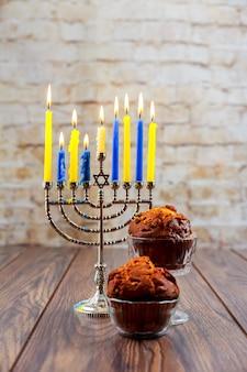 Petits gâteaux juifs de vacances composés d'éléments le petit gâteau de bougies de hanukkah menorah
