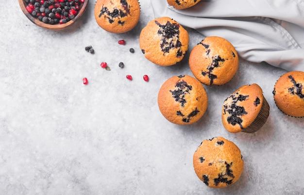 Petits gâteaux ou muffins aux myrtilles avec des baies fraîches. vue de dessus