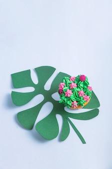 Petits gâteaux multicolores avec décoration comme des plantes succulentes d'intérieur