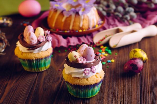 Petits gâteaux de pâques décorés avec des œufs en bonbon au nid