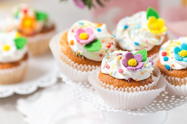Petits gâteaux de pâques avec des fleurs en sucre