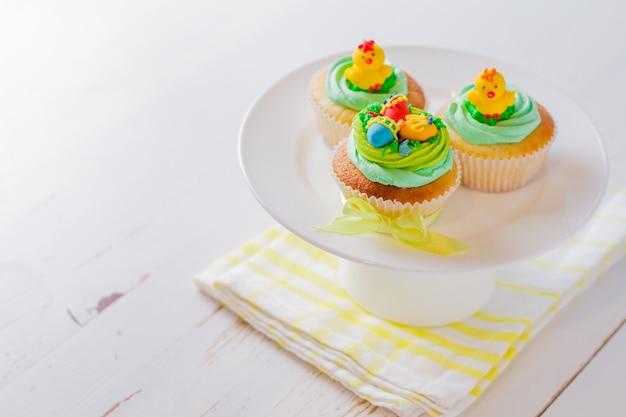 Petits gâteaux de pâques sur une table en bois blanc