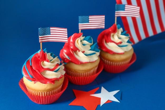 Petits gâteaux patriotiques savoureux sur la couleur