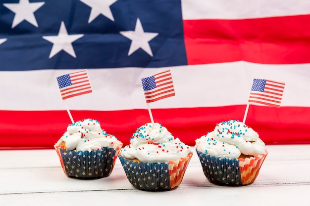 Petits gâteaux avec pépites et drapeaux américains en papier
