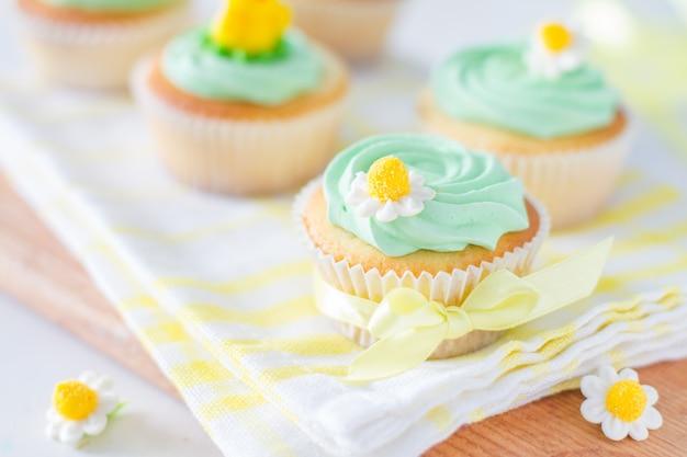 Petits gâteaux de printemps avec des fleurs
