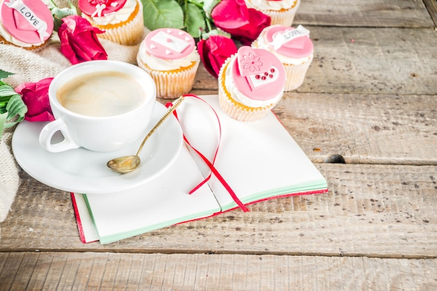 Petits gâteaux de la saint-valentin avec une tasse de café