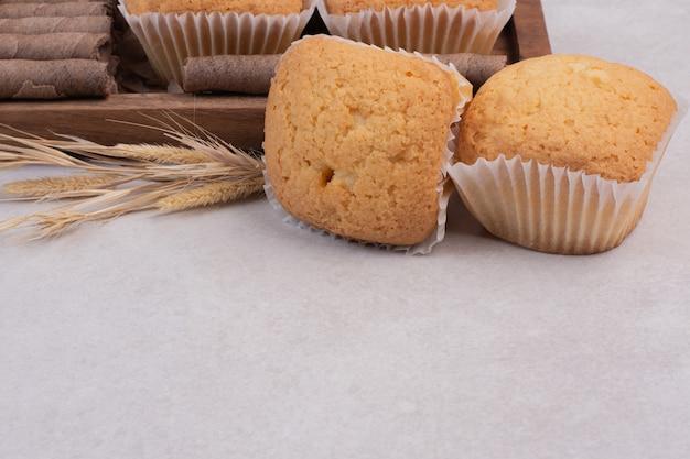 Petits gâteaux savoureux sur blanc.