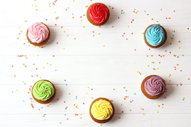 Petits gâteaux savoureux sur un fond blanc libre