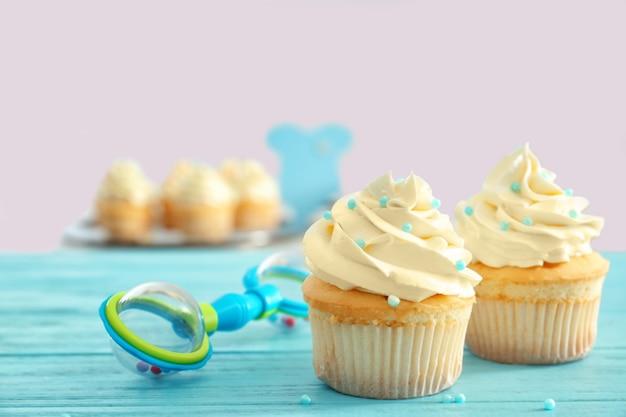 Petits gâteaux savoureux pour la fête de douche de bébé sur la table
