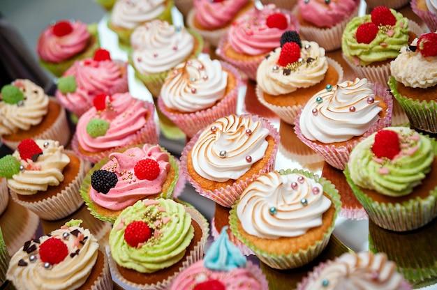 Petits gâteaux savoureux sur une table en bois blanc