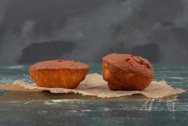 Petits gâteaux sucrés sur marbre.