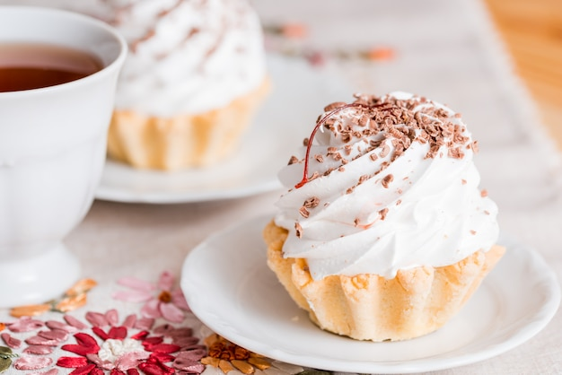 Petits gâteaux à la vanille sur fond de bois blanc