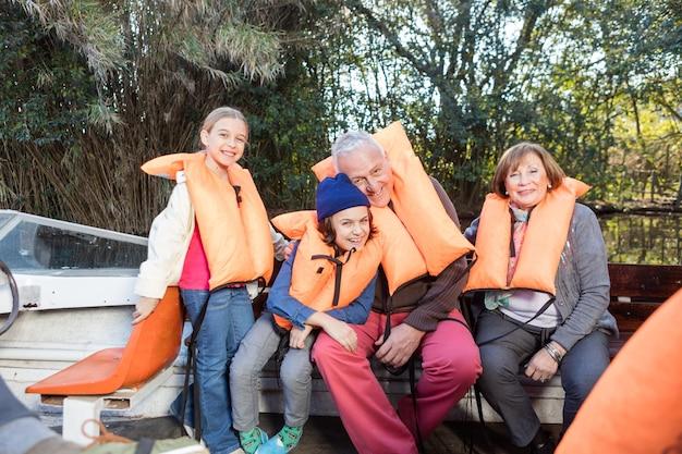 Petits et grands-parents profiter de la promenade en bateau