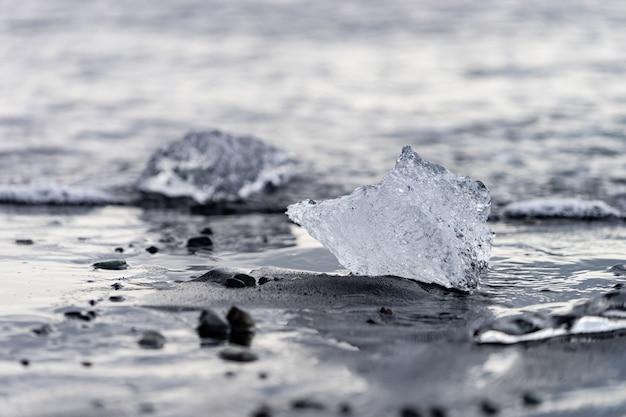 Petits icebergs sur la plage noire de diamond beach en islande.