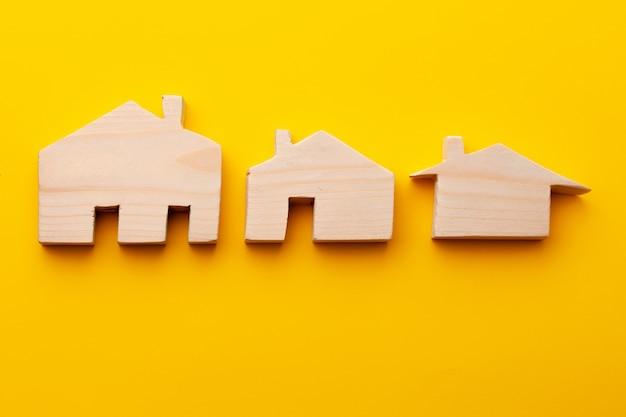 Petits modèles de maisons de jouets sculptés dans du bois