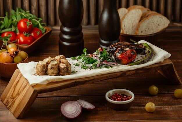 Petits morceaux de viande au four avec salade verte sur un morceau de lavash, yukha