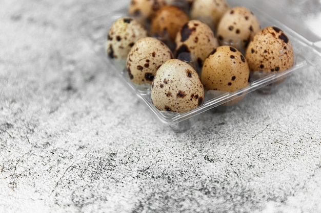 Petits œufs de caille frais