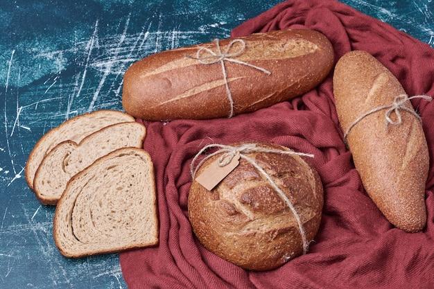 Petits pains artisanaux sur une serviette rouge.