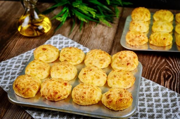 Petits pains au fromage argentin faits maison dans un plat allant au four.