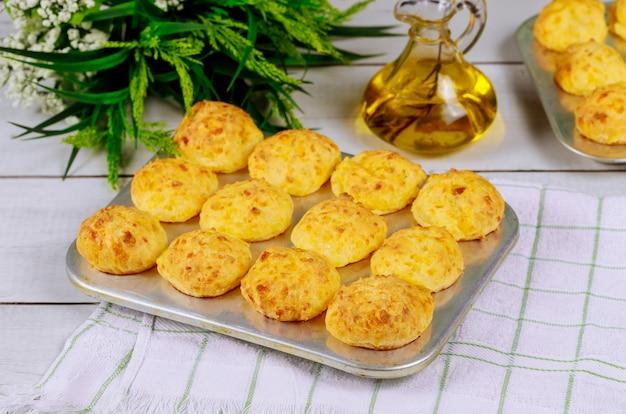 Petits pains au fromage faits maison brésiliens dans un plat allant au four.