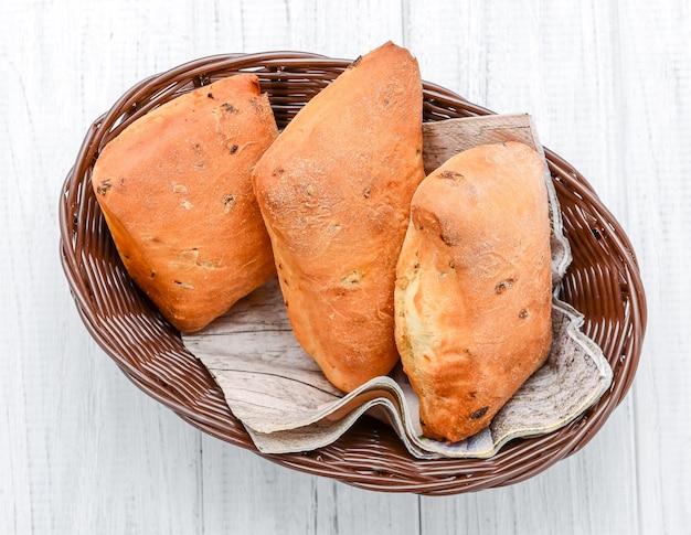 Petits pains au fromage faits maison dans un bol. surface en bois vintage