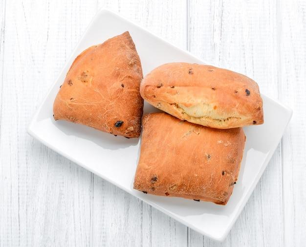 Petits pains au fromage faits maison dans un bol surface en bois vintage