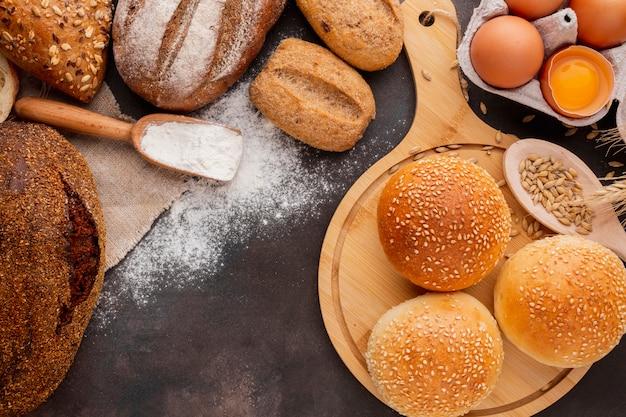 Petits pains aux graines de sésame et cuillère en bois