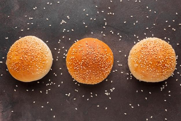 Petits pains aux graines de sésame et fond texturé