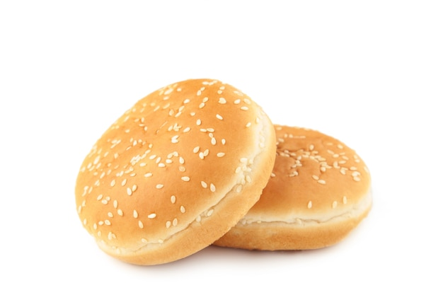 Petits pains burger isolés sur fond blanc. vue de dessus.