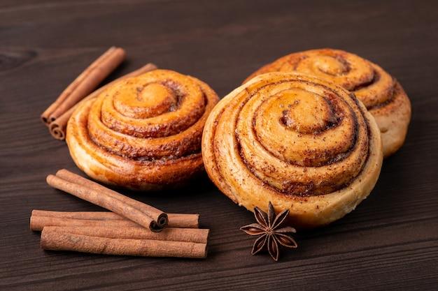Petits pains à la cannelle frais sur table marron