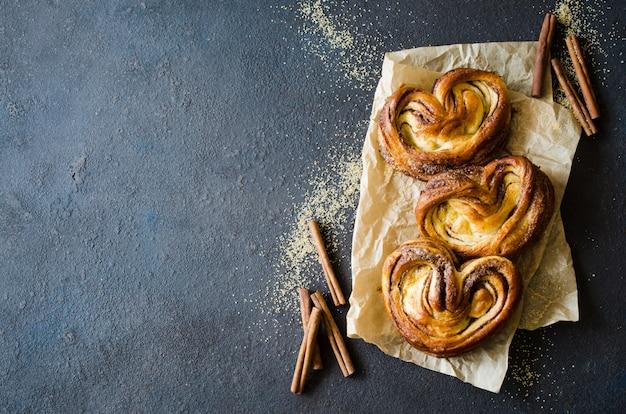 Petits pains à la cannelle parfumés et cuits au four. pastriestable maison traditionnelle.