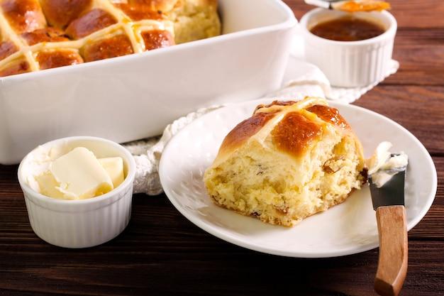 Petits pains chauds fraîchement sortis du four, servis sur table en bois