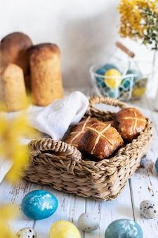 Petits pains chauds servis dans un plateau en osier