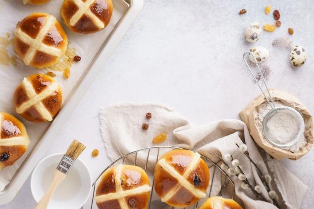 Petits pains chauds traditionnels. concept de pâtisserie douce de pâques.