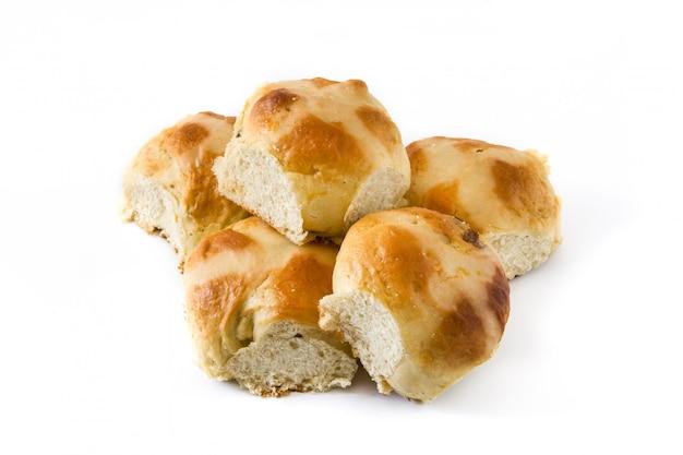 Petits pains chauds traditionnels de pâques sur blanc