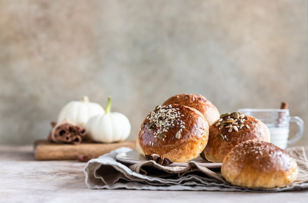 Petits pains à la citrouille sucrés à la cannelle et à l'anis, fond de béton clair. mise au point sélective.