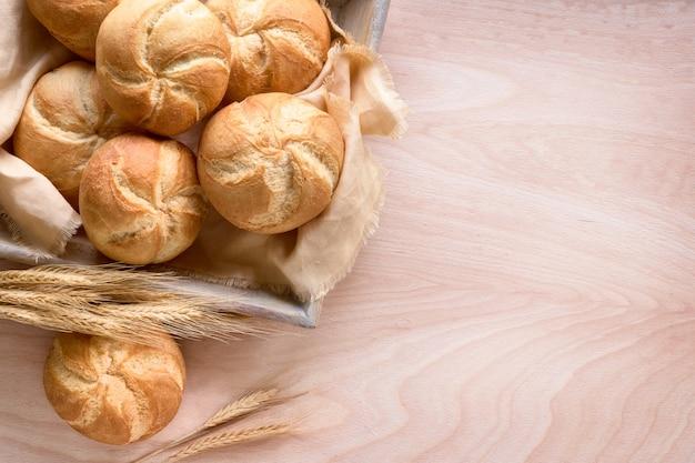 Petits pains croustillants ronds, connus sous le nom de rouleaux de kaiser ou de vienne sur une serviette en lin