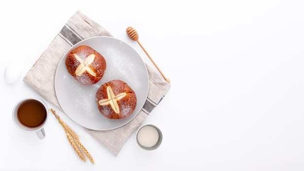 Petits pains cuits au four sur un chiffon avec une tasse de café et un espace de copie